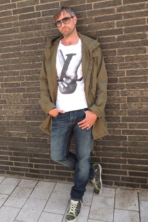 Michael Retrograd in Drykorn Parka My T-Shirt Shirt Blue de Genes Jeans Leather Crown Sneaker