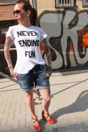 Miss Gruni Sabrina Grunwald wears Wildfox Shirt Dsquared Jeans Short Sunglasses Ash Shoes Schuhe