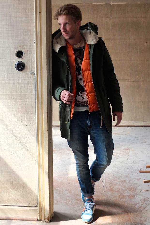 Freddy-Mast-in-Scotch-and-Soda-Parka-mit-oranger-Innenjacke-Pearly-King-Shirt-People-Jeans-Philippe-Model-Sneaker