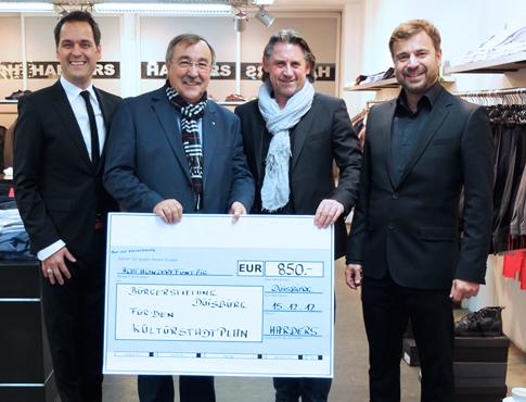 Inhaltsbild-Charity-Spendenaktion-Bürgerstiftung-Duisburg-Harders-Fashion-Bürgermeister-Manfred-Osenger-Onur-Canbaz-Frank-Servatius-Grothwinkel-Kulturstadtplan