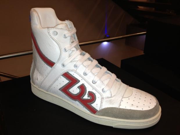 Dsquared-HiTop-Sneaker-Weiß-Roter-Schriftzug-Logo-D2