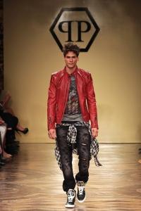B1-Philipp-Plein-Shirt-Fight-for-real-love-Kate-Moss-Comic-Swarovski-Supermodel-Uncensored-Harders-Online-Shop-Store-Fashion-Designer-Mode-Damen-Herren-Men-Women-Pre-Kollektion-Fall-Winter-Herbst-2013-2014