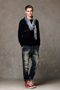 Patrizia-Pepe-Sneaker-Jeans-Pullover-Schal