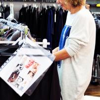 1v-Servatius-Grothwinkel-Porsche-40-Jahre-Party-Models-Cocktail-Ambulanz-Eric-Smax-Dustin-Gray-Fatih-Dursun-Dsquared-Rolf-Buhe-Retrograd-Harders-Online-Shop-Store-Fashion-Designer-Mode-Damen-Herren-Men-Women-Fall-Winter-Herbst-2013-2014