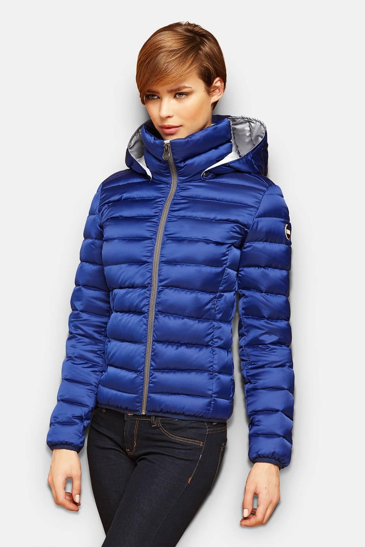 Welche Jacke für Damen passt zu mir? Ein Comeback erfährt in diesem Sommer mal wieder die Jeansjacke. Ob blau oder grau – gerne auch oversized – sie ist einfach ein Klassiker. Ganz im Style des It-Girls Alexa Chung tragen wir diese Damenjacke ganz lässig über die Schultern gelegt für den unkompliziert-schicken Look.